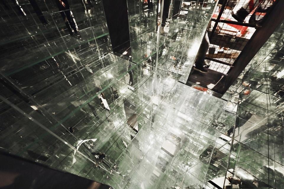 装置内部的镜像空间,the mirrored surfaces of the interior ©羅威航